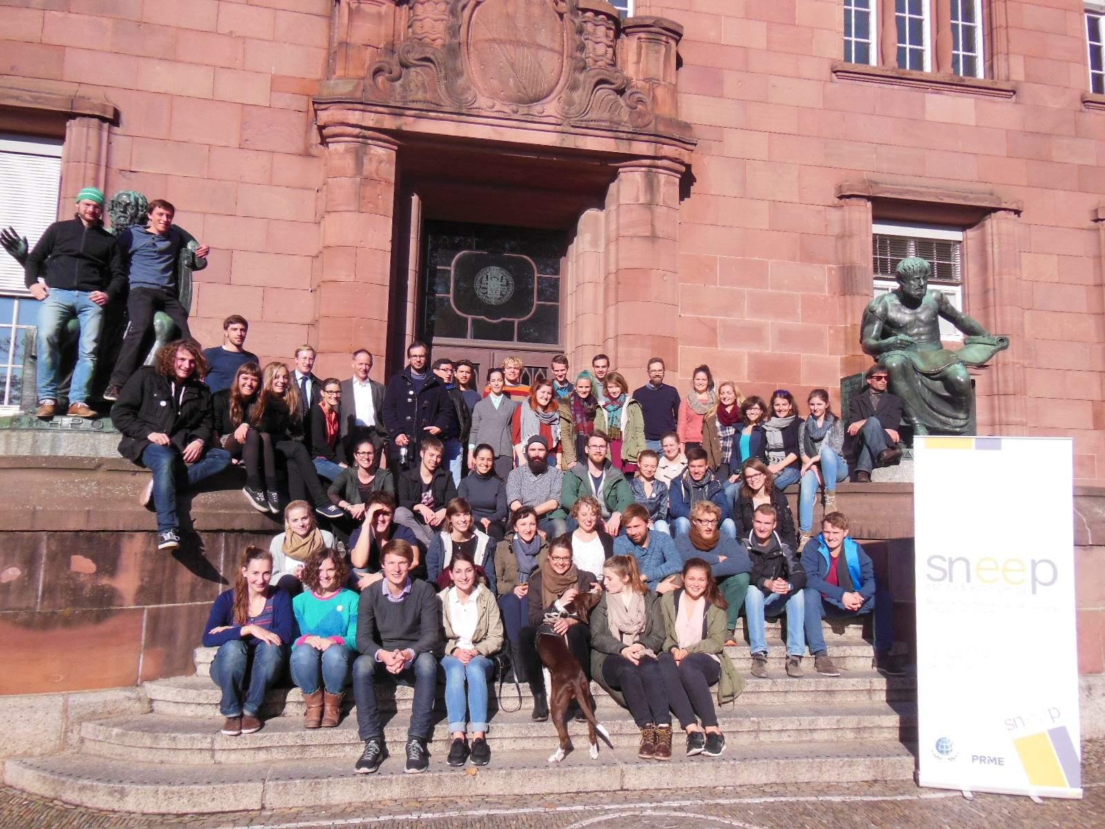 Die Teilnehmenden der sneep Herbsttagung 2015 vor der Universität in Freiburg.